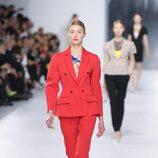 Traje de chaqueta rojo de la colección crucero 2014 de Dior