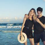 Doutzen Kroes con un vestido negro de la colección primavera/verano 2013 de H&M