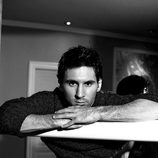 Leo Messi posando con una camiseta negra para Dolce & Gabbana