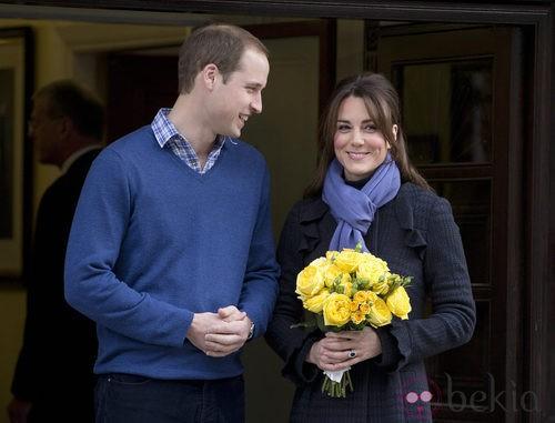 Kate Middleton con un abrigo azul acompañada del Príncipe Guillermo