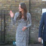 Kate Middleton con un vestido cruzado en tonos grises