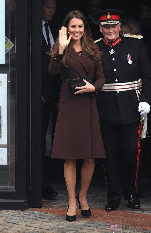 Kate Middleton con un abrigo marrón y vestido estampado