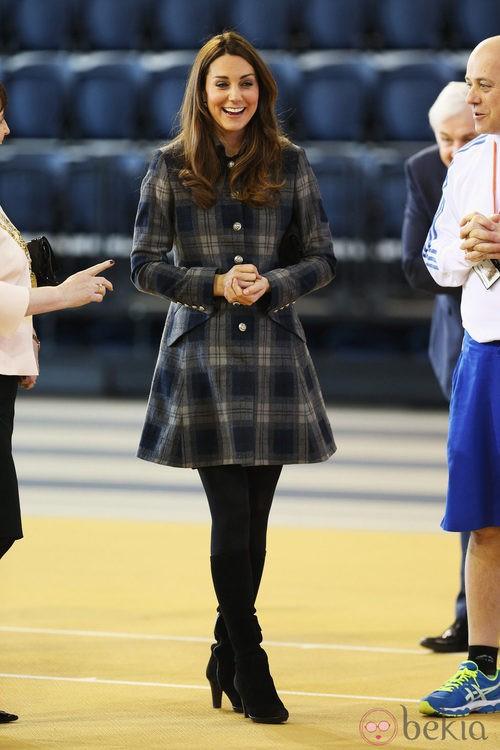 Kate Middleton con un abrigo de cuadros y botas altas