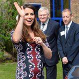 Kate Middleton con un vestido floral estampado y manga tres cuartos