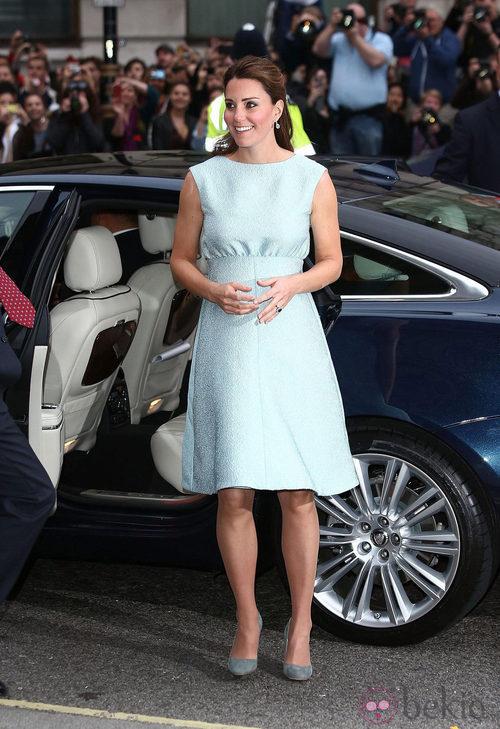 Kate Middleton con un vestido línea A en color azul turquesa