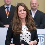 Kate Middleton con un vestido blanco y lunares negros