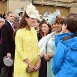 Kate Middleton con un vestido amarillo y pamela