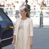 Kate Middleton con un traje de vestido y chaqueta larga en color crudo
