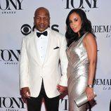 Mike Tyson con un esmoquin blanco y negro en la gala de los premios Tony 2013