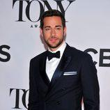 Zachary Levi con esmoquin en la gala de los premios Tony 2013