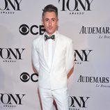 Alan Cumming con un esmoquin blanco en la gala de los premios Tony 2013