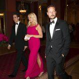 Haakon de Noruega con un traje de esmoquin negro