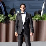 Carlos Felipe de Suecia con un esmoquin negro y pañuelo blanco