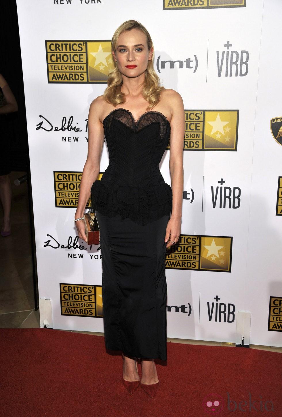 Diane Kruger con un vestido negro de Nina Ricci y clutch de Jason Wu