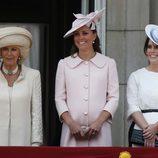 La duquesa de Cambridge con un abrigo y tocado rosa pastel