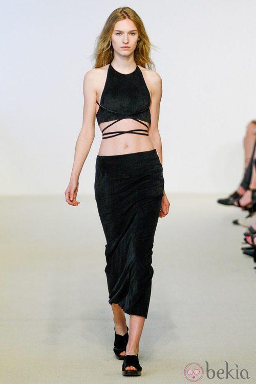Crop top y falda negros de la colección Resort 2014 de Calvin Klein