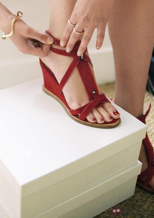 Sandalia roja de la colección de Susan Ibrahim para '& Other Stories'
