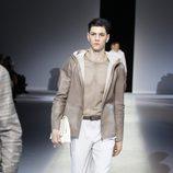 Pantalón blanco de la colección primavera/verano 2014 de Emporio Armani en la Semana de la Moda de Milán