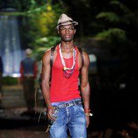 Camiseta roja y vaqueros de la colección primavera/verano 2014 de DSquared2 en la Semana de la Moda de Milán