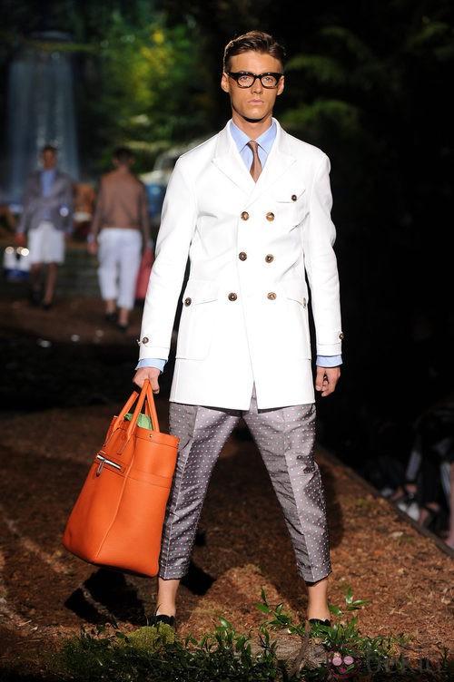 Abrigo blanco de la colección primavera/verano 2014 de DSquared2 en la Semana de la Moda de Milán