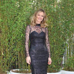 Eva Herzigová con un sheath dress negro de transparencias