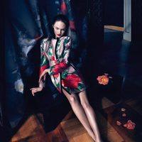 Candice Swanepoel con un abrigo floreado de la campaña otoño/invierno 2013/2014 de Blumarine