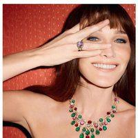 Carla Bruni con anillo y colgante de Bulgari