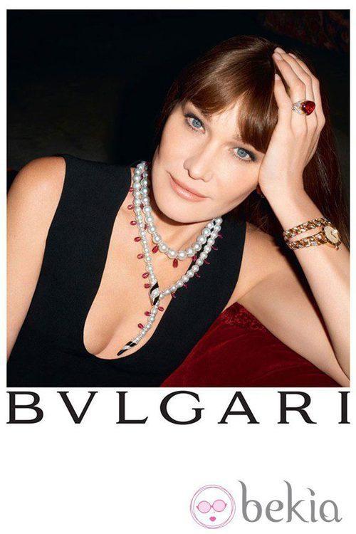 Carla Bruni posa con un collar de perlas de Bulgari