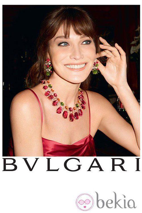 Carla Bruni con pendientes y collar de pedrería de Bulgari