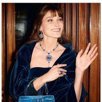 Carla Bruni posando con las nuevas piezas de joyería de Bulgari