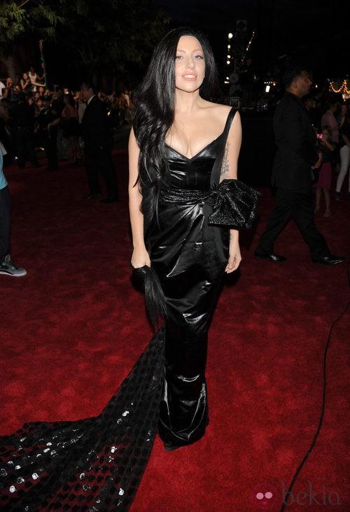 Lady Gaga con un vestido negro con cola en los MTV VMA 2013