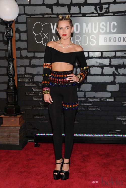 Miley Cyrus con un crop top y pantalón negro en los MTV VMA 2013
