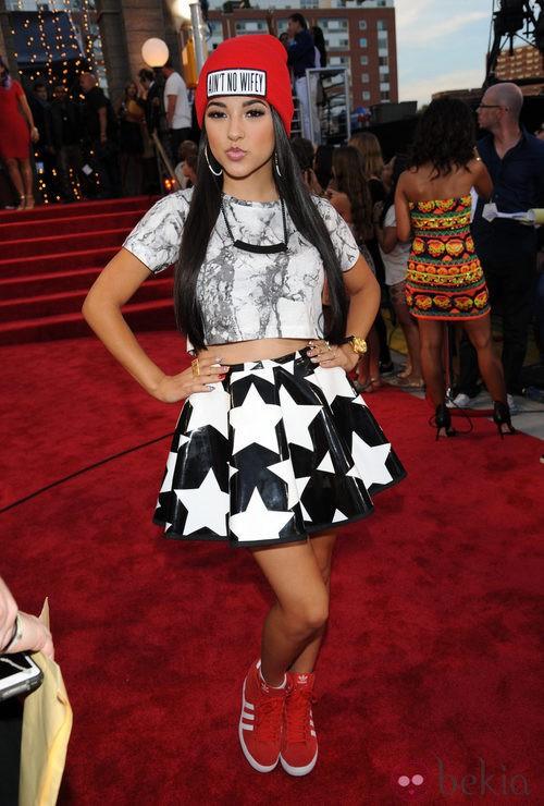 Becky G con falda de estrellas y top gris en los MTV VMA 2013