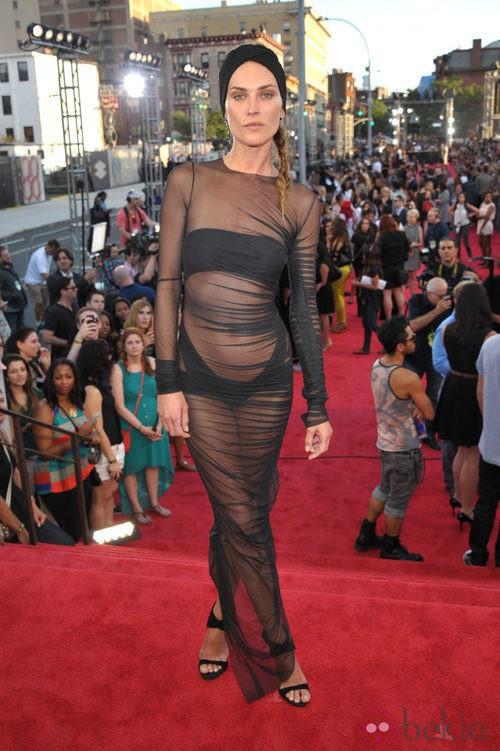 Erin Wasson con un vestido transparente en los MTV VMA 2013