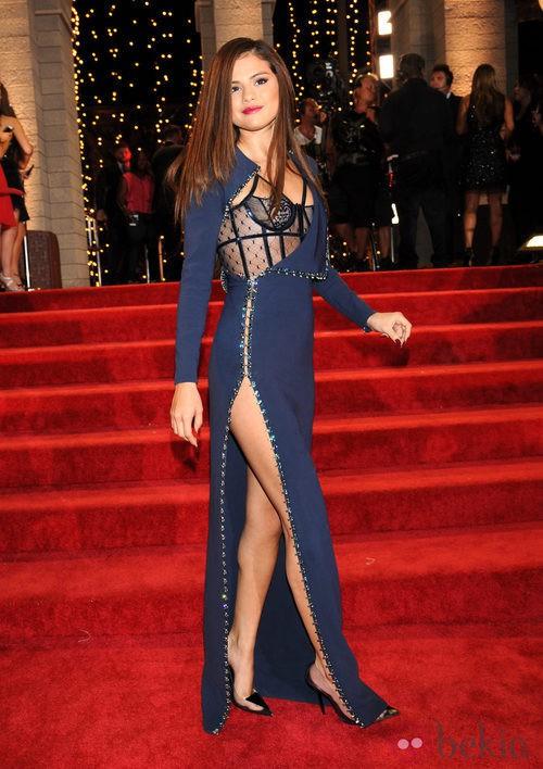 Selena Gomez con un vestido azul y apertura lateral en los MTV VMA 2013