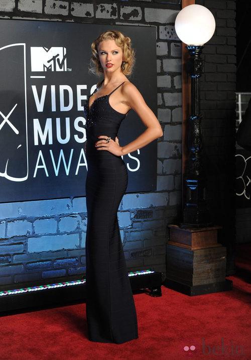 Taylor Swift con un vestido negro de tirantes en los MTV VMA 2013