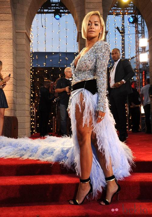 Rita Ora con una falda larga de plumas en los MTV VMA 2013