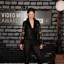 Coco Rocha con un pantalón negro y chaqueta con pedrería en los MTV VMA 2013