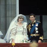 Diana de Gales asomada al balcón tras contraer matrimonio con el Príncipe Carlos