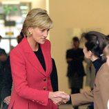 Lady Di con un traje de falda rosa en un acto oficial