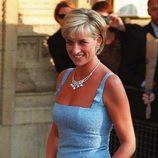 Lady Di con un vestido azul y clutch a juego