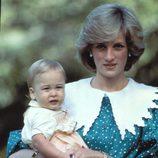 Lady Di con el Príncipe Guillermo y un vestido azul turquesa con lunares