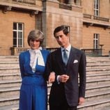 Lady Di con un vestido azul en la pedida de mano del Príncipe Carlos