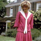 Lady Di con un vestido rosa fucsia en el jardín