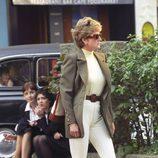 Lady Di con un look casual de pantalón beige y chaqueta verde