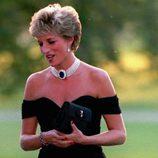 Lady Di con un vestido negro palabra de honor en un acto oficial