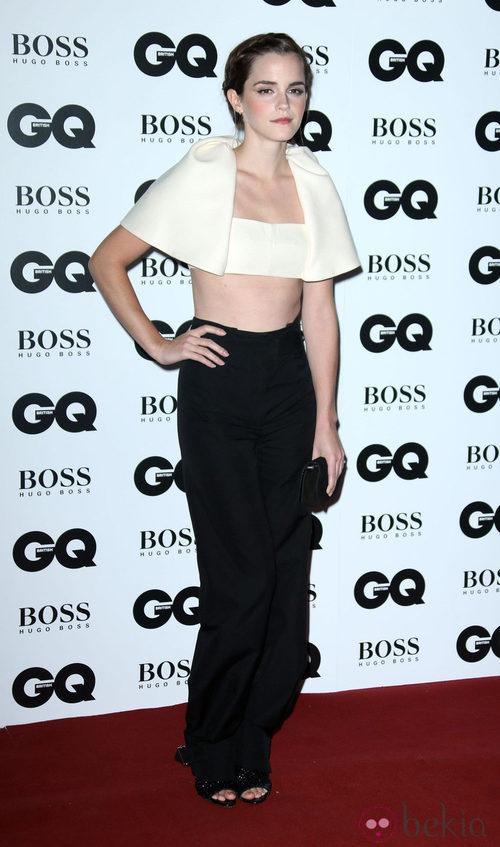 Emma Watson con un crop top crudo y pantalón negro de Balenciaga
