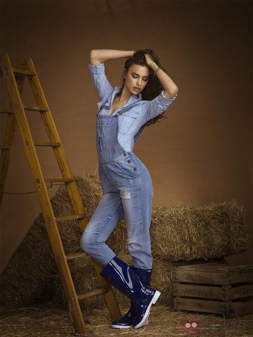 Irina Shayk con botas de agua de la coleccion otoño/invierno 2013 de Xti