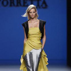 Pantalón gris metalizado de la colección primavera/verano 2014 de Roberto Torretta en Madrid Fashion Week
