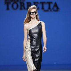 Vestido bicolor de la colección primavera/verano 2014 de Roberto Torretta en Madrid Fashion Week